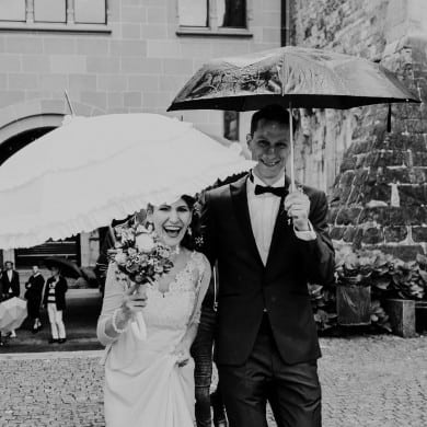 happy couple rainy wedding zurich